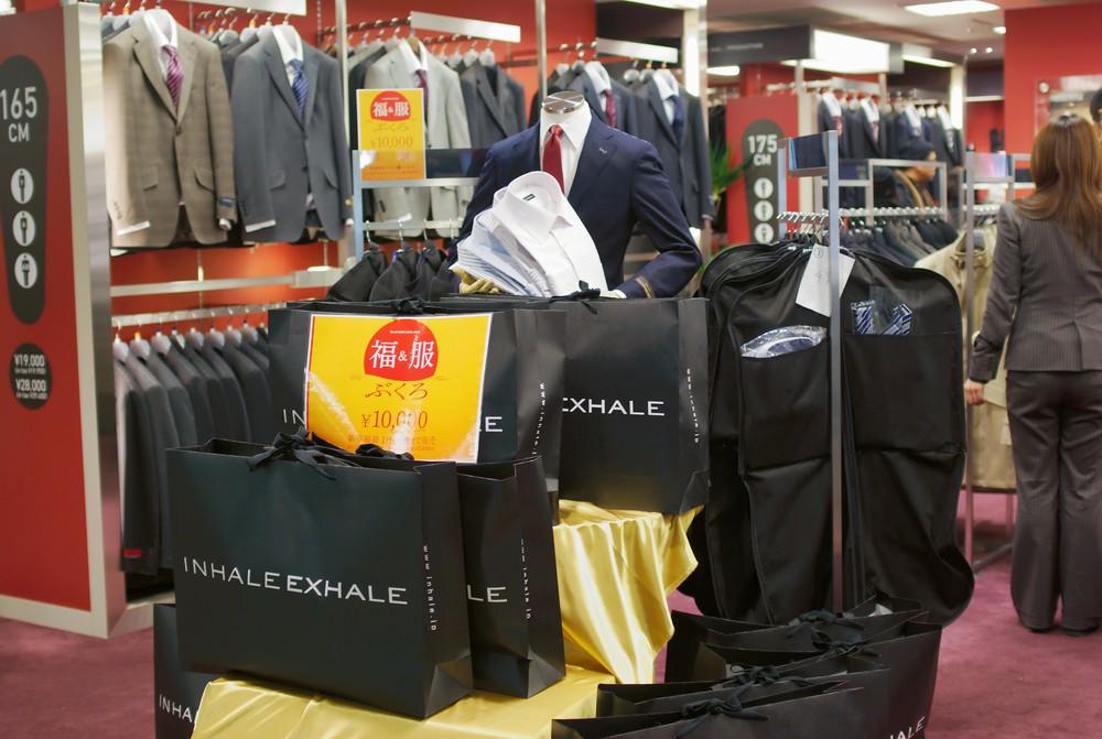 """""""Sacolas da Sorte"""" contendo ternos, camisas e gravatas. Foto: Alcuin Lai"""
