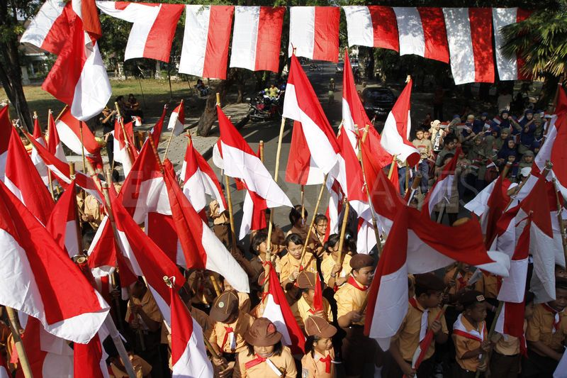 1344672297-students-fly-indonesian-national-flags-honoring-independence-day_1382086.jpg