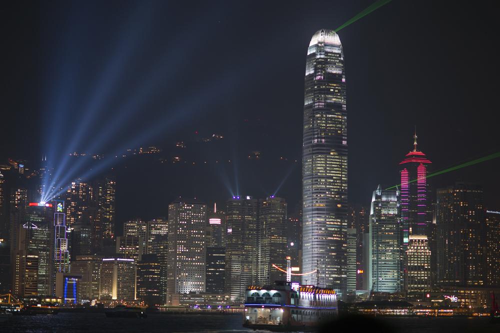 A vista da baía de Hong Kong durante a noite