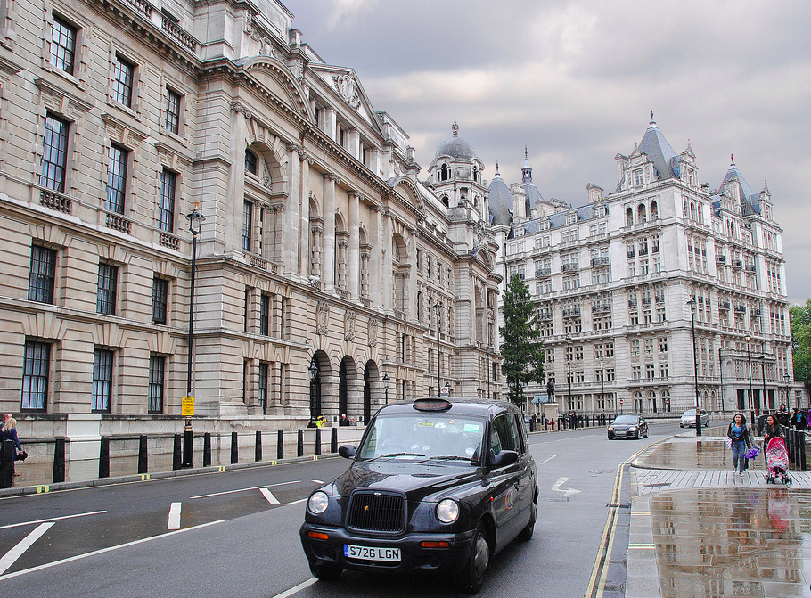 Dois ícones londrinos: o tradicional táxi preto e o céu nublado