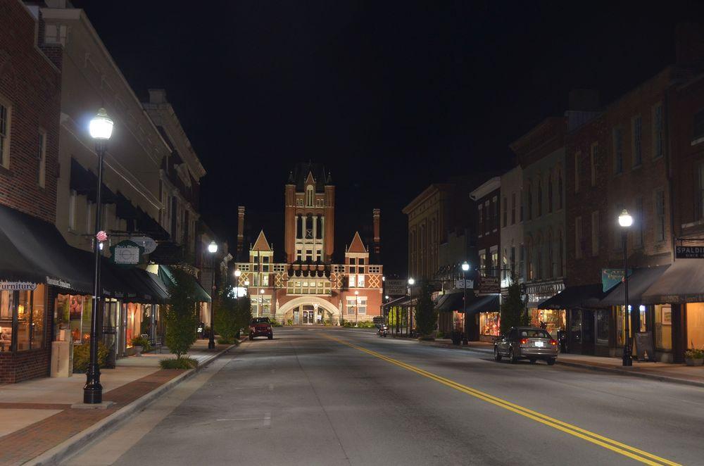 """Louisville -KY """"C  uriosamente  ,   o   K  entuCKy possui um numero de barris de   b  ourbon em envelheCimento superior a sua população  . s  ão   5   milhões de barris para   4.2   milhões de pessoas  . i  sso   C  onsiste em   1,20   barris per  /  Capita ou aproximadamente   180   litros de   b  ourbon por morador  ."""""""