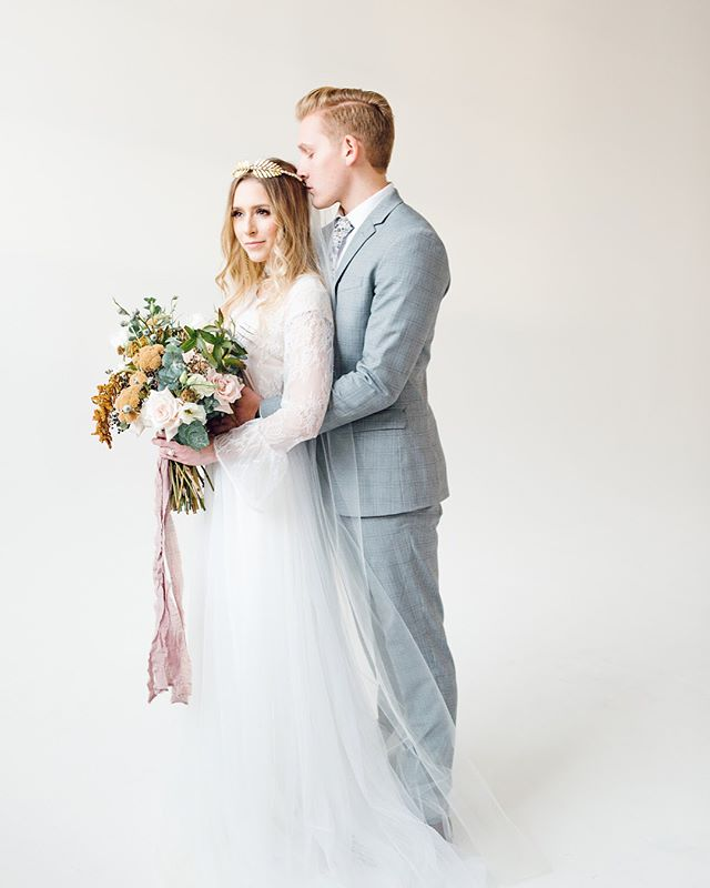 Here's more from this phenomenally styled Norwegian wedding shoot by these incredibly talented individuals. @jnoelle.design & @maryjessicaphoto . • • • Photographer - @maryjessicaphoto