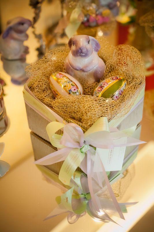 Presente Coelhinho e Ovinhos de Porcelana em Caixa Dourada com 03 Peças