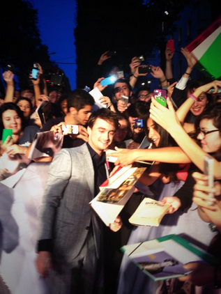 daniel-radcliffe-with-fans-horns-french-premiere-red-granite-pictures.png