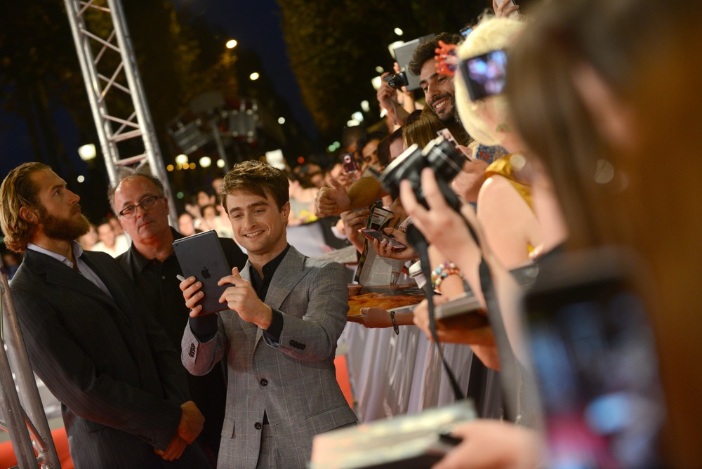 daniel-radcliffe-with-fans-horns-movie-red-carpet-red-granite-pictures.jpg