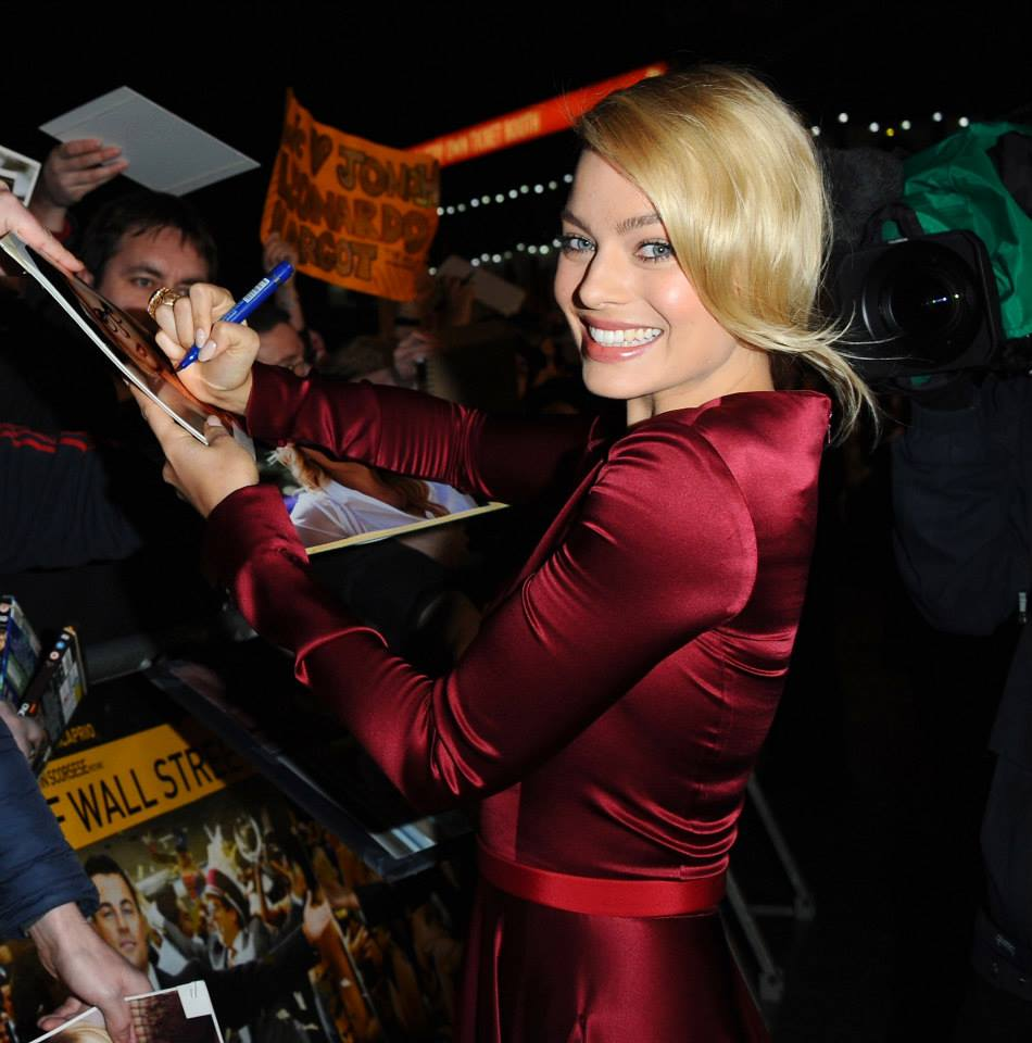 margot-robbie-signing-autographs-at-the-london-england-movie-premiere-of-the-wolf-of-wall-street-red-granite-pictures-red-granite-international-producers.jpg