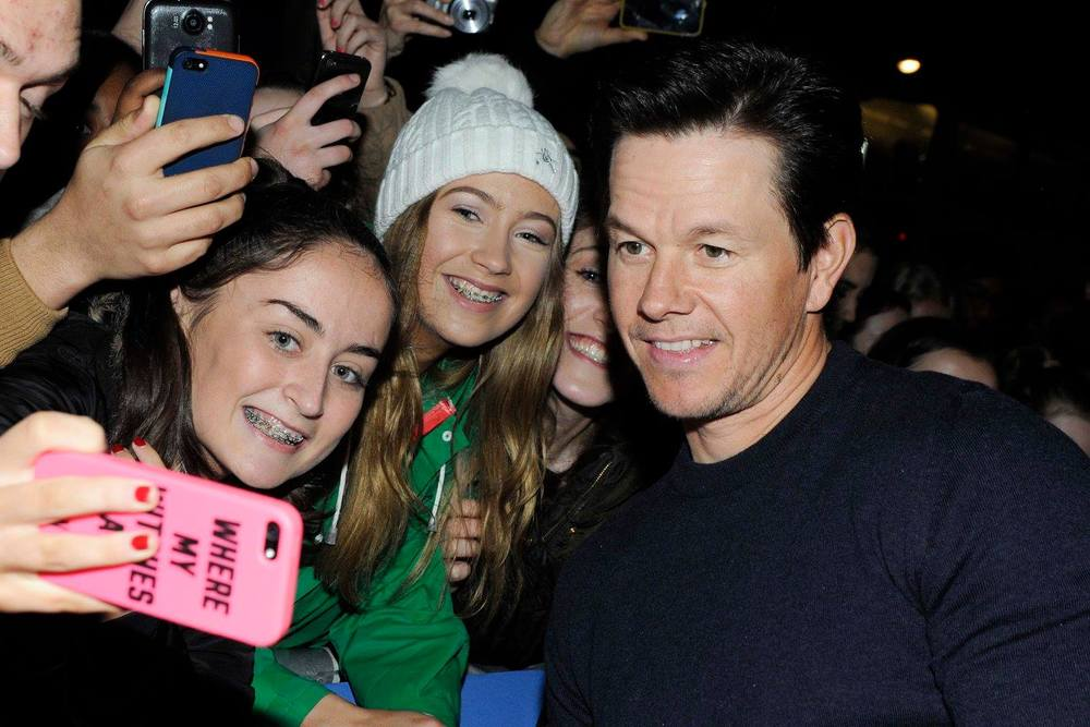 Mark-Wahlberg-with-fans-Daddys-Home-Ireland-Premiere.jpg