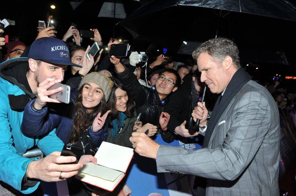 Will-Ferrell-with-fans-Daddys-Home-Ireland-Premiere.jpg
