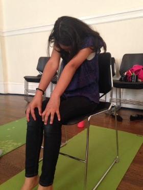 Cómo:  Mientras está sentado en su asiento, descruzar las rodillas y los tobillos y coloque las manos sobre las rodillas. Inhale, y arqueé la columna vertebral mientras empuja el pecho hacia el cielo. Exhale, y redondear su columna vertebral. Repita 5-10 veces. Los niños pueden hacer sonidos de vaca cuando arquean su columna vertebral y sonidos de gato al redondear su columna vertebral.   Beneficios:  Aumenta la flexibilidad de la columna media y alta. Fortalece los músculos del vientre.