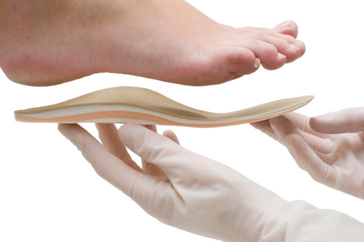 orthesiste quebec Richard ostiguy soigne les pieds douloureux depuis 35 ans ses clients dépensent des centaines de dollars en orthèses sous sa recommandation le collège des médecins appelle ça du diagnostic et du traitement, bref une pratique illégale de la médecine.