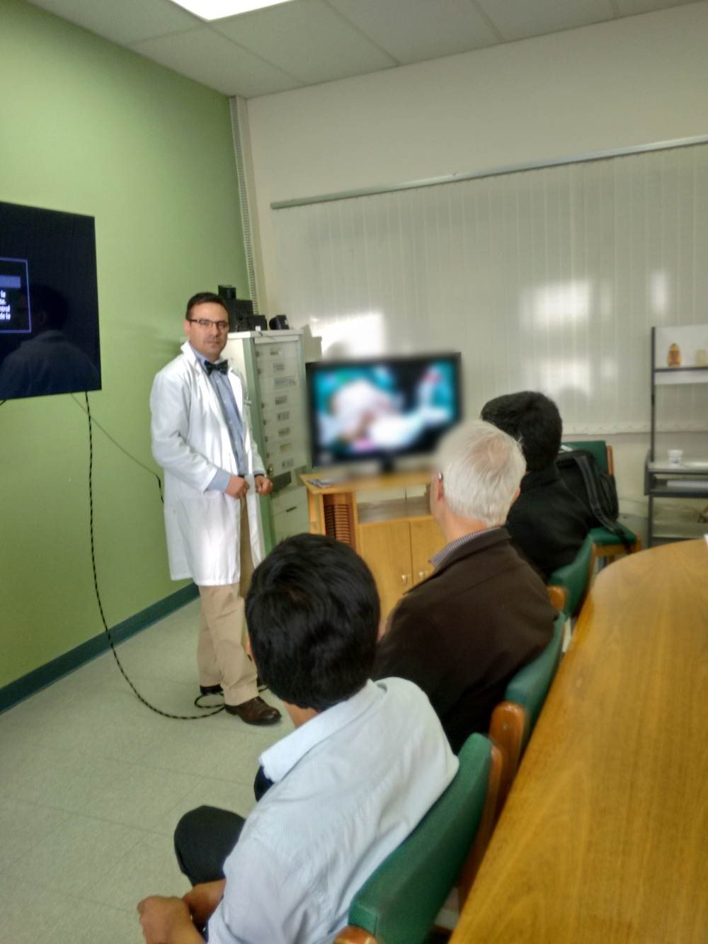 Technology helped the Endoscopy course faculty enhance the learning of program participants. Dr Martin Aliaga played a major role in organizing and hosting the Endoscopy course with the support of Puente de Solidaridad. Here Martin comments on the surgery that is underway.