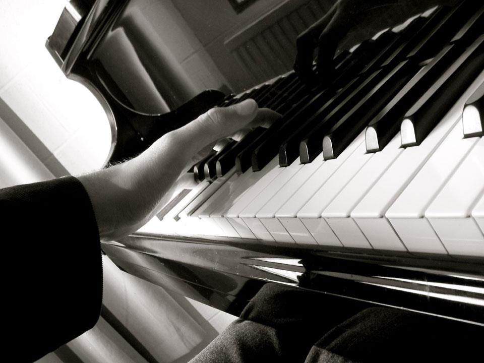 Piano-hand960.jpg