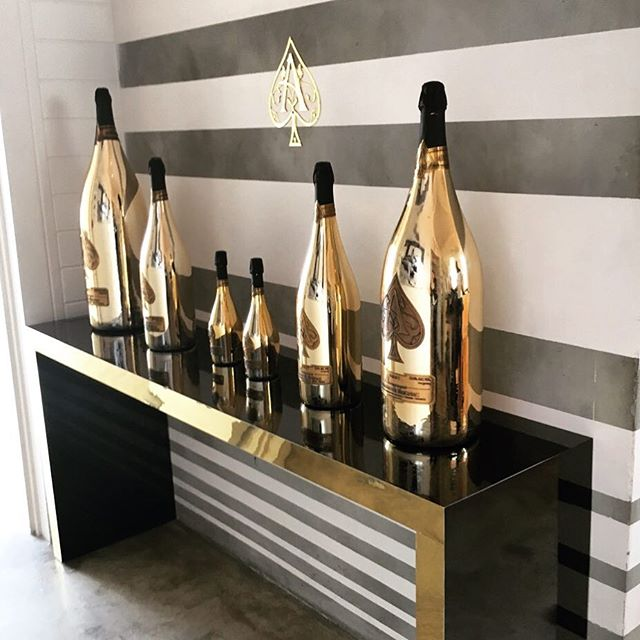 Custom built black mirrored console table with gold plated edge for @armanddebrignac large format bottle display ♠️⚜️ #aceofspades