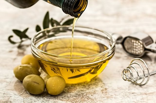Have a food sensitivity that you just can't seem to figure out? Consider looking into the oils your food is made with. High quality Olive Oil, Avocado Oil, and Coconut oil are usually easier on the digestive system than vegetable or canola oil. . . .  #foodinspo #healthygirl #yumm #yogalove #rawvegan #plantbased #cleanse #healthcoach #vinyasa #vegansofinstagram #veganlife #livefoods #dailyasana #wisdomquotes