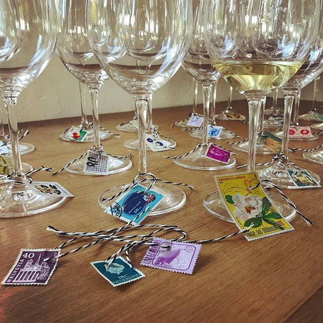 Our charming #friendsgiving idea: personalize wine glasses with vintage stamps! . . . . . . #diy #sodomino #flashesofdelight #realsimple #tablescape #tablesetting #wine #winecharms #glitterguide #crafty
