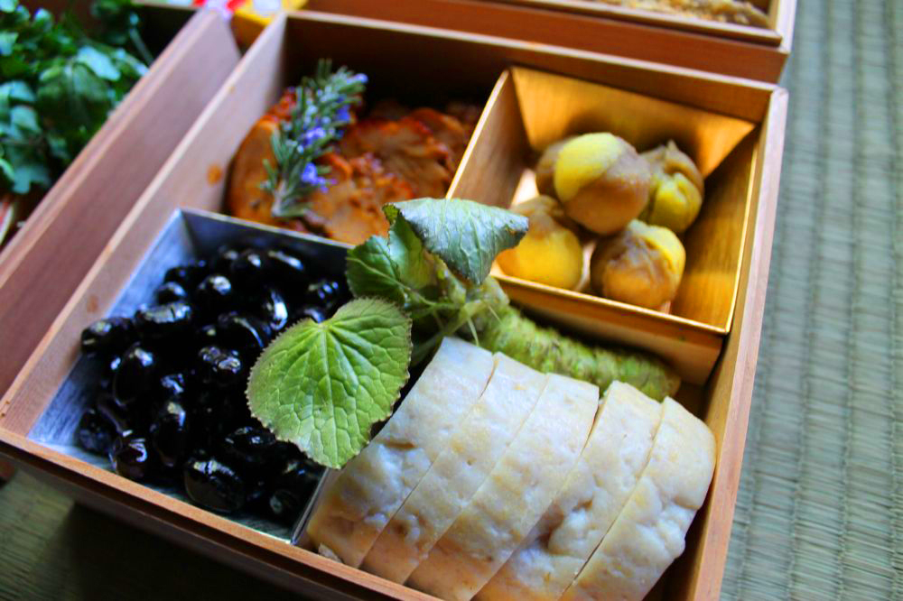 Bento Box with fresh wasabi rhizome (small size) and leaves attached.   Photo Peko Peko