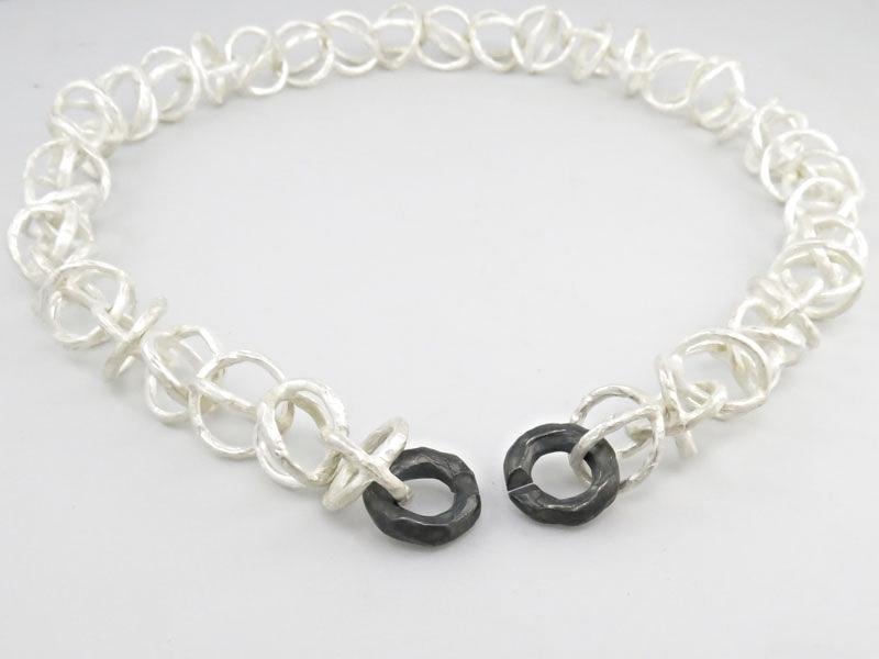zwart-wit-rond-schakelcollier-persoonlijk-ontwerp-zilver-sluiting-totaalbeeld.jpg