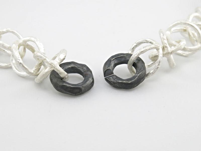zwart-wit-rond-schakelcollier-persoonlijk-ontwerp-zilver-sluiting.jpg