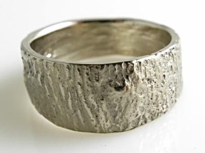 VERLOVINGSTIP: Deze bijzonder mooie -PASSIE-ring van palladium witgoud met passiebloem-bast structuur. Het knoestje is goed te zien. Binnenin heeft de ring ook een schors structuur met subtiele glanslijnen. Op bestelling leverbaar in zilver € 199 | geelgoud ca € 1300 | palladium witgoud en fairtrade geelgoud ca € 1550. Ringbreedte is 11 mm. (de ring kan ook smaller worden uitgevoerd.)