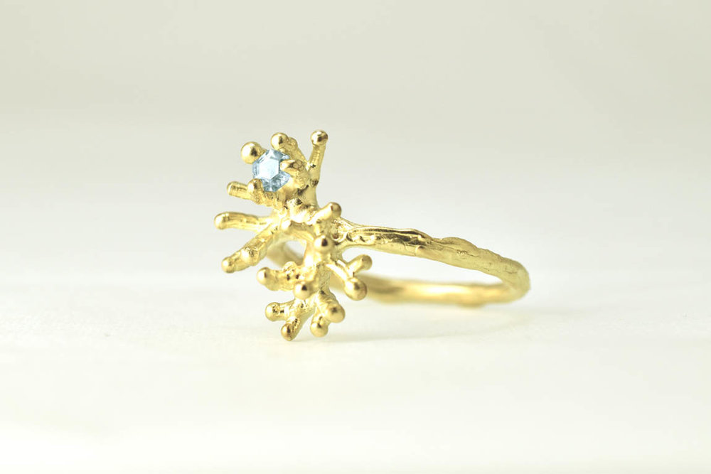 coral-ring-gold-6sapphire-liesbethbusman2012 kopie.jpg