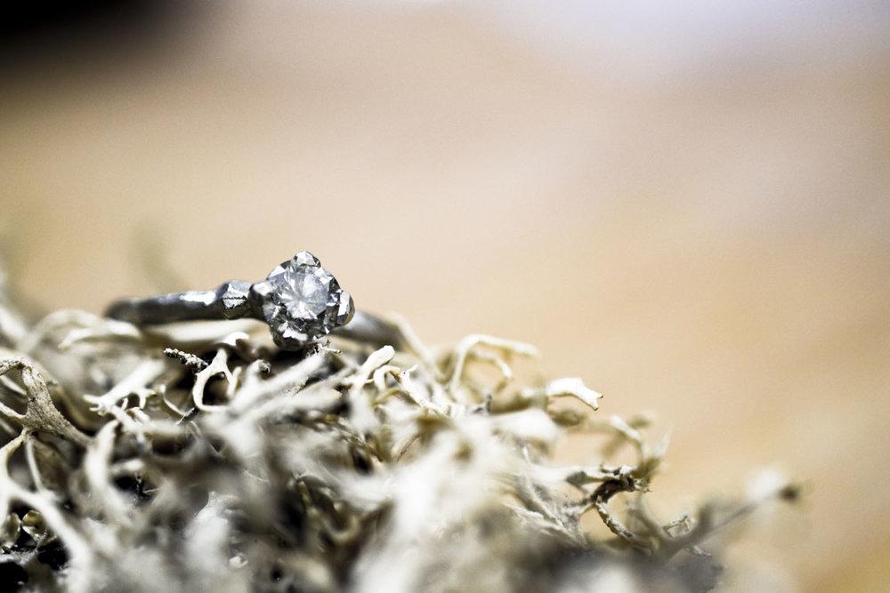 Takjes verlovingsring met grijze diamant