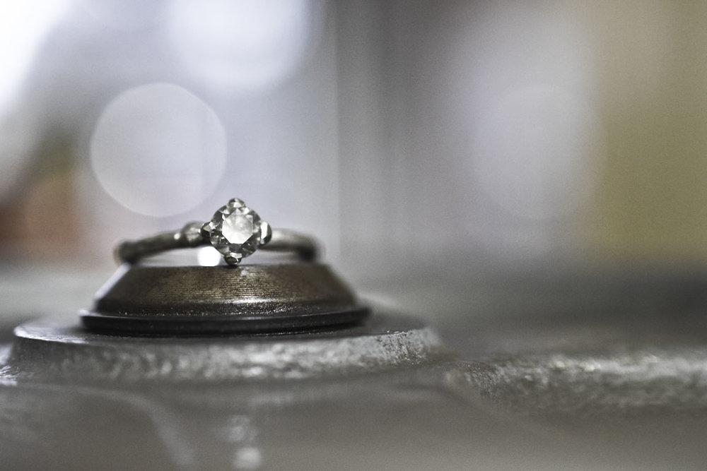Takjes verlovingsring witgoud met grijze diamant