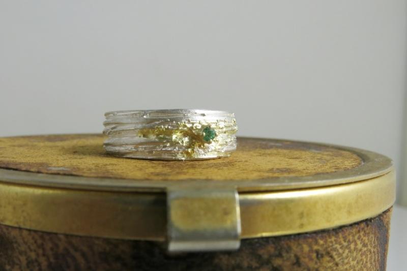symbiosis structuur ring met smaragd en goudstof