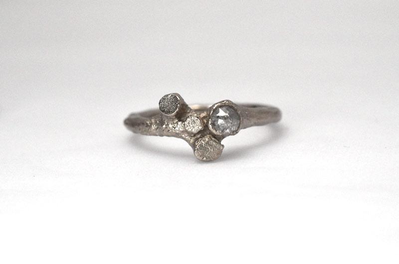 Vers gemaakt: stronkjes verlovingsring (of trouwring) in witgoud met grijze roosdiamant