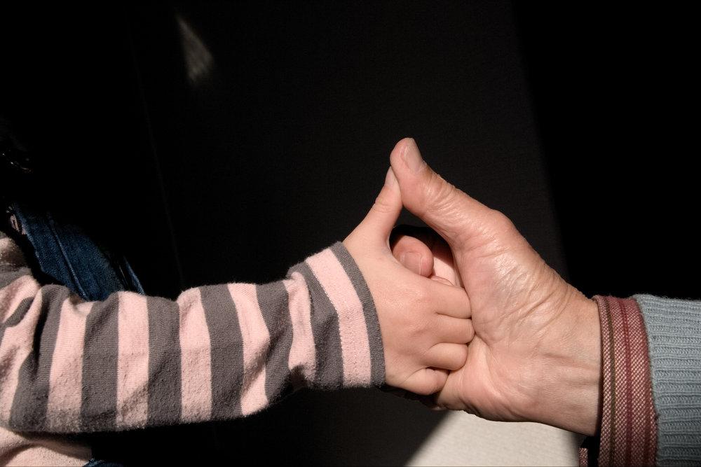 kidsplay-thumbwrestling