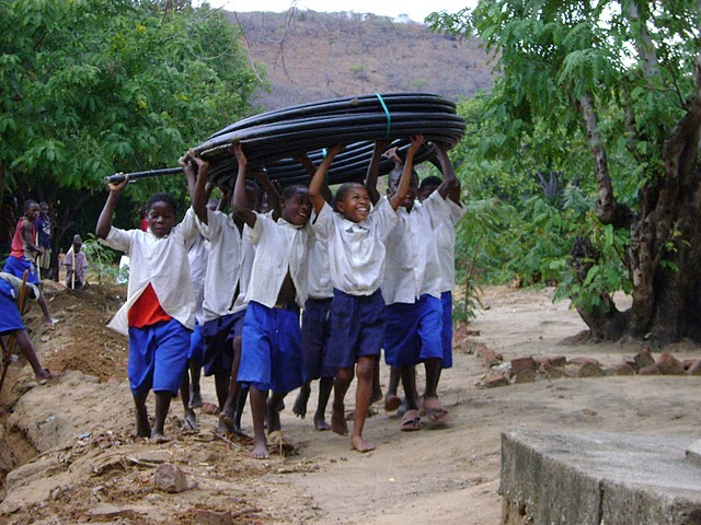 2009 Primary school children carrying the pipe for the school tapstand