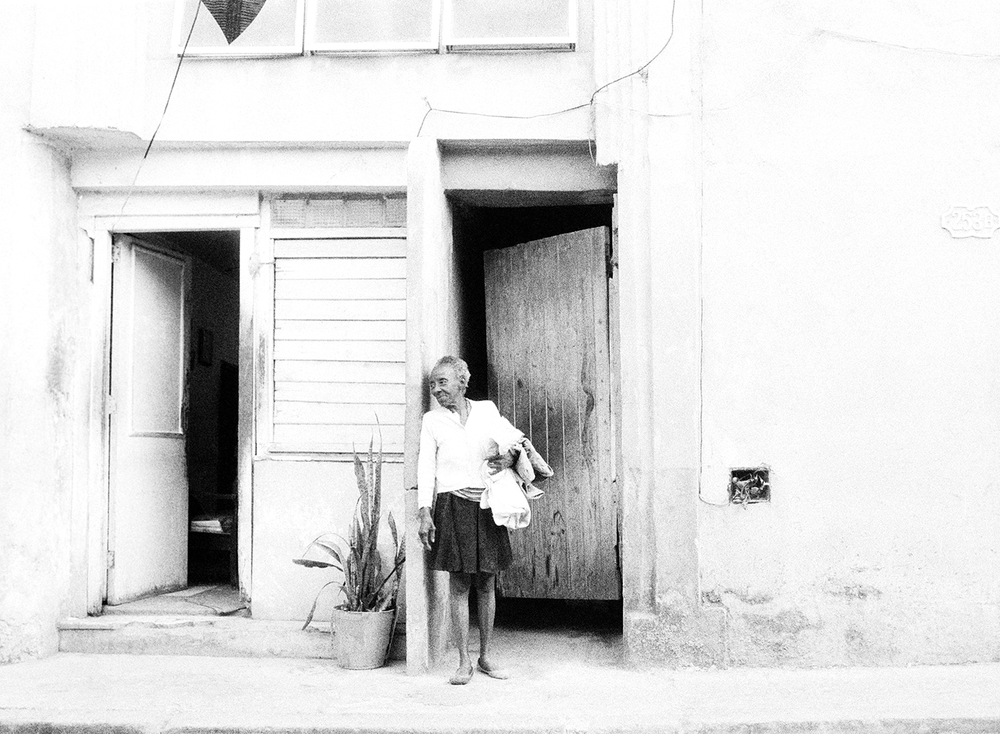 havana_streets_woman_bw.jpg