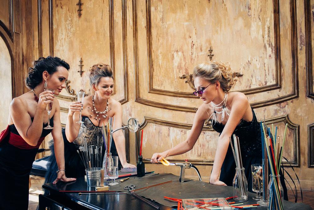 """""""Академия стекла"""" - творческая мастерская, в которой вы сможете открыть для себя волшебный мир работы со стеклом! Вместе с нашими мастерами вы сможете окунуться в атмосферу безграничного творчества, пройти весь путь от формирования простых бусин на горелке - до создания уникальных авторских украшений и арт объектов. Мы поможем вам реализовать самые смелые и сложные задумки, любые проекты связанные со стеклом и ювелирным искусством. В нашей уютной мастерской вы сможете выбрать одну из 6 горелок в качестве своего рабочего места и заниматься любимым делом в удобное для вас время. На студии собрана богатая коллекция литературы, инструментов от российских и муранских мастеров и гамма самого разного стекла!"""
