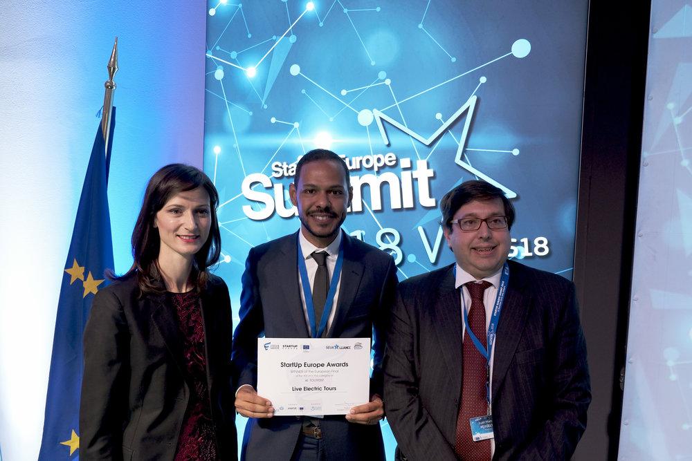 CEO da Live Electric Tours, Djalmo Gomes, com a Comissária Europeia de Economia Digital e Sociedade, Mariya Gabriel, e com o Diretor da StartUp Europe Accelerator e da Fundação FINNOVA, Juan Manuel Revuelta.