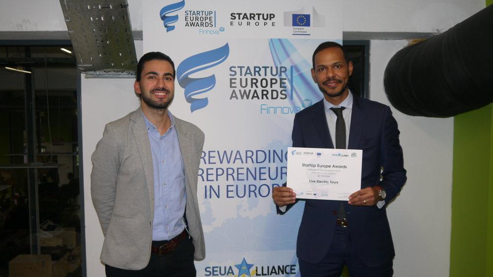 CEO da Live Electric Tours, Djalmo Gomes, com o  Operations Manager  da Fábrica de Startups, André Faria.