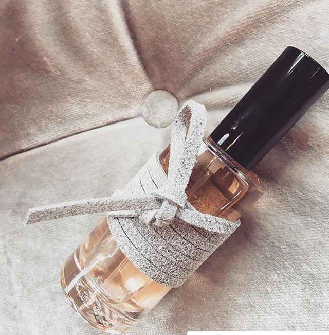 In the meanwhile ... in Oosterbeek. Merci for such a suede pic #Repost @skinsoosterbeek ・・・ Attache-Moi // Tie me up. •Bergamot •Jasmijn •Ceder •Amber •Musk •Patchouli. #verslavend #parfum #skinscosmeticsoosterbeek