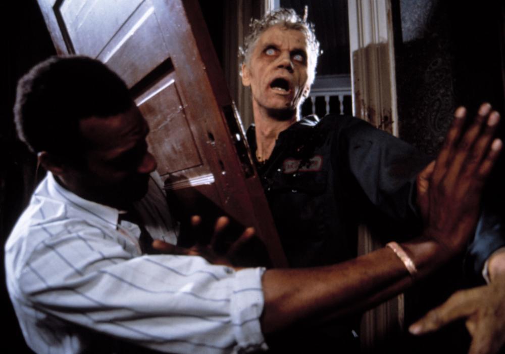 El famoso actor de culto, Tony Todd en el papel de Ben intenta detener a un zombie.