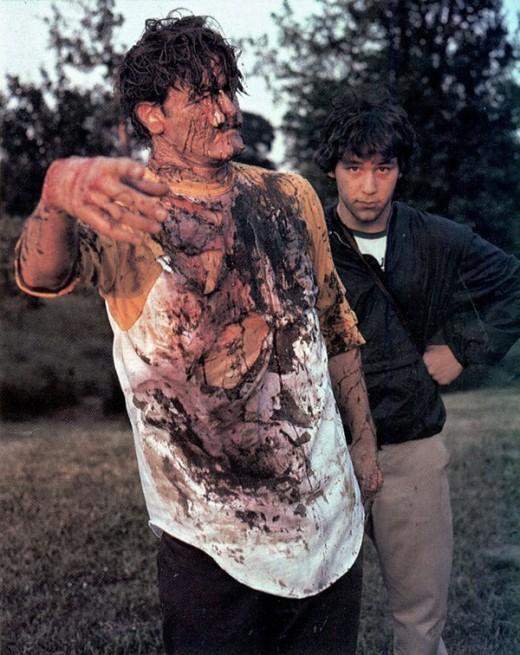 Bruce Campbell después de una sesión de maquillaje al lado de su director Sam Raimi
