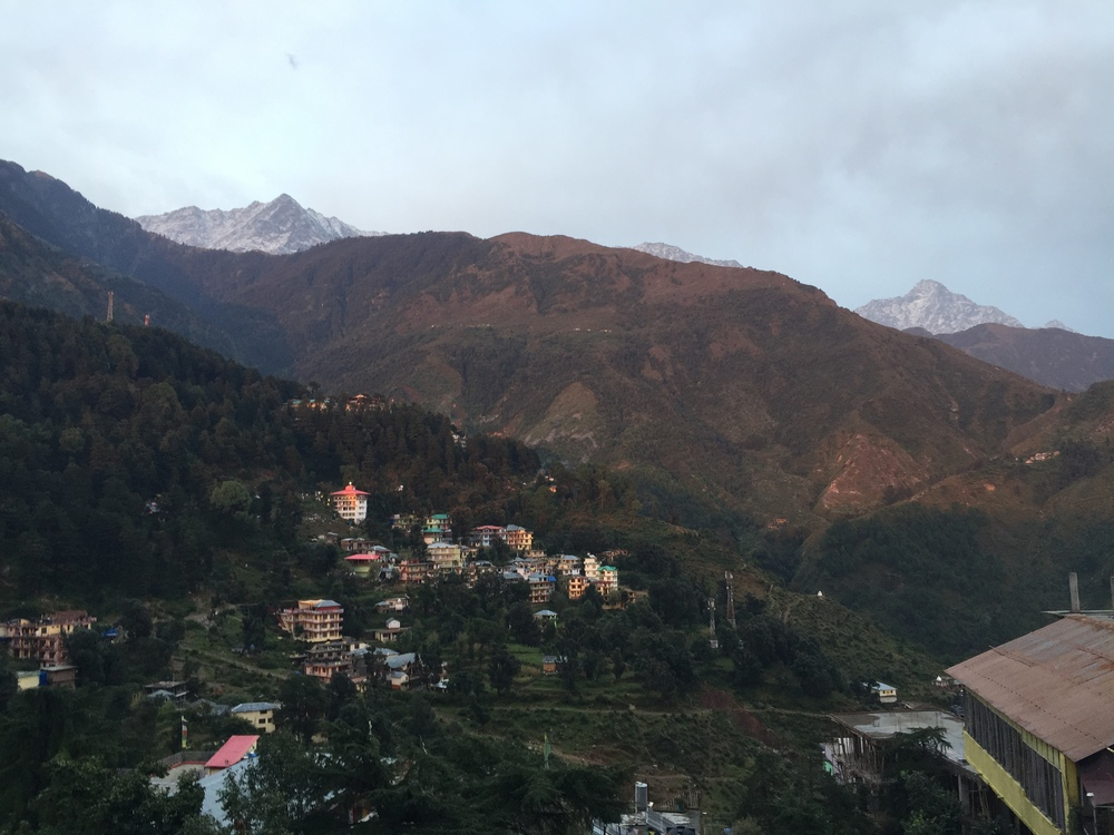 This is Mcleodganj , the Tibetan capital in exile, and the more well known city of Dharamsala is right next door. In the background you can see the first peaks of the Himalayas