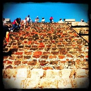Teotihuacan_steps_moon.jpg