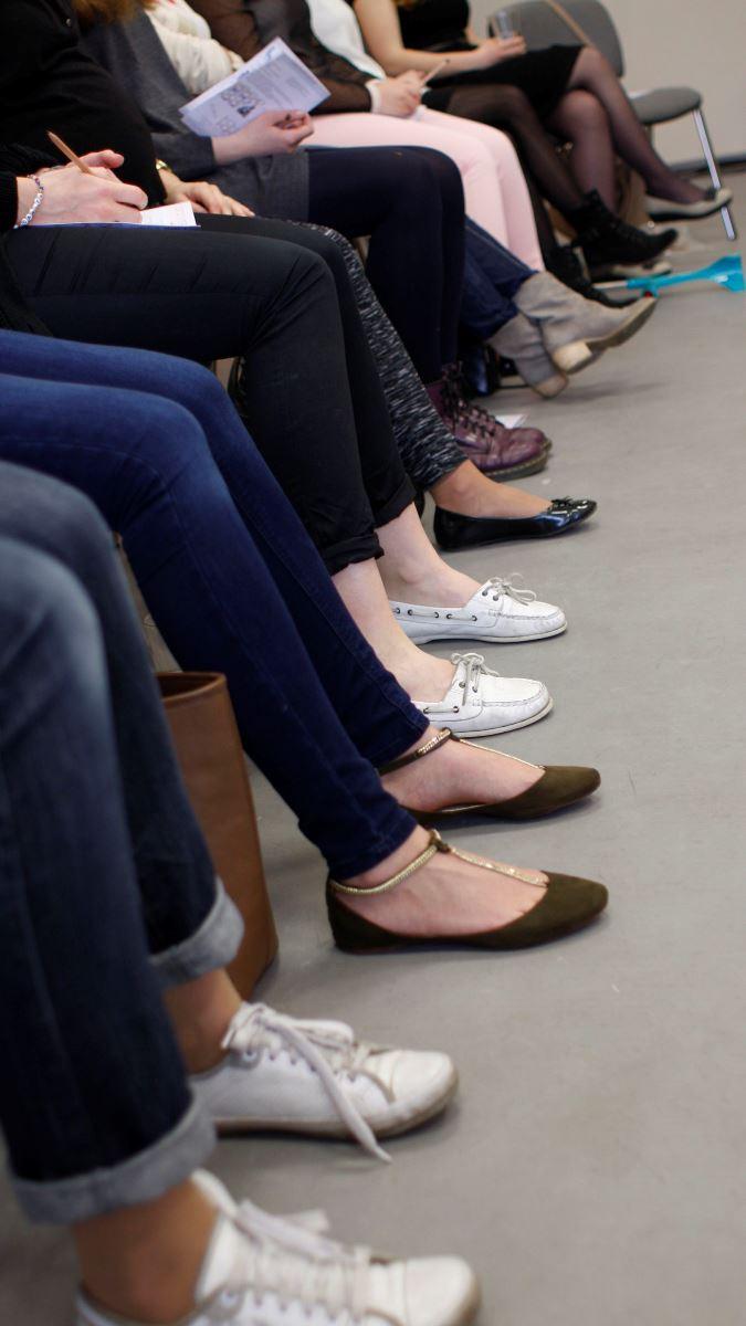 może nie każda z nas wie, ale ważną rolę w naszym życiu gra również noszenie odpowiedniego obuwia. nie powinno być całkiem płaskie, ale z lekkim podwyższeniem pod piętą - to odciąży nasz kręgosłup oraz właściwie rozłoży ciężar ciała na stopach