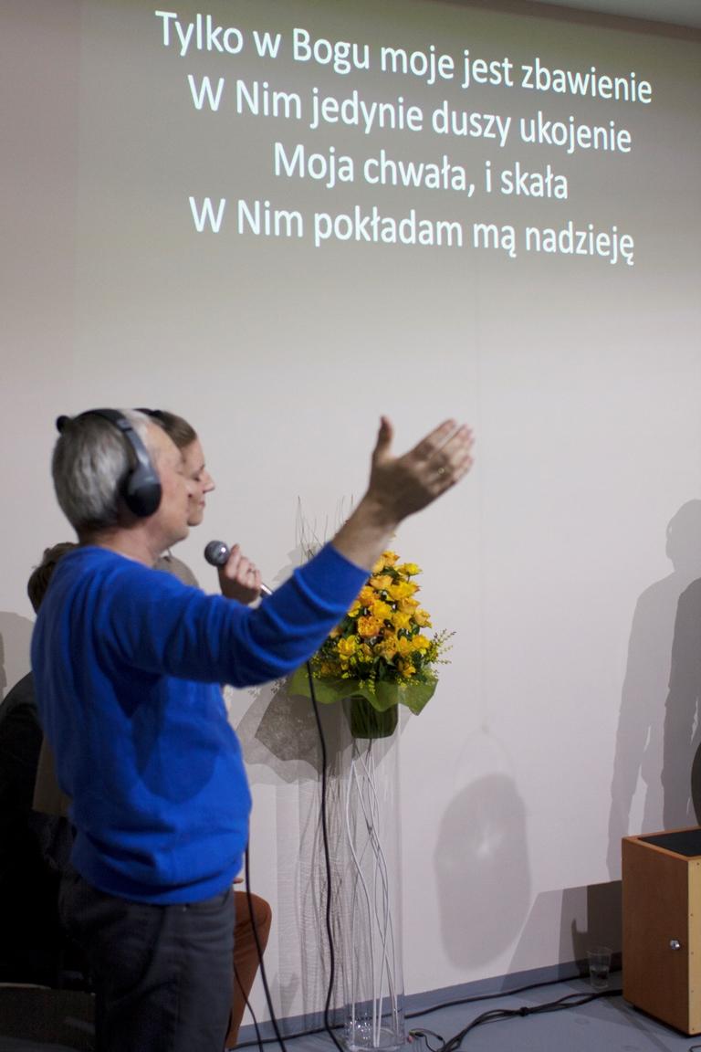 piątkowy wieczór rozpoczęliśmy uwielbieniem. wielbiliśmy słowem i pieśnią, w modlitwie oddawaliśmy Bogu chwałę.