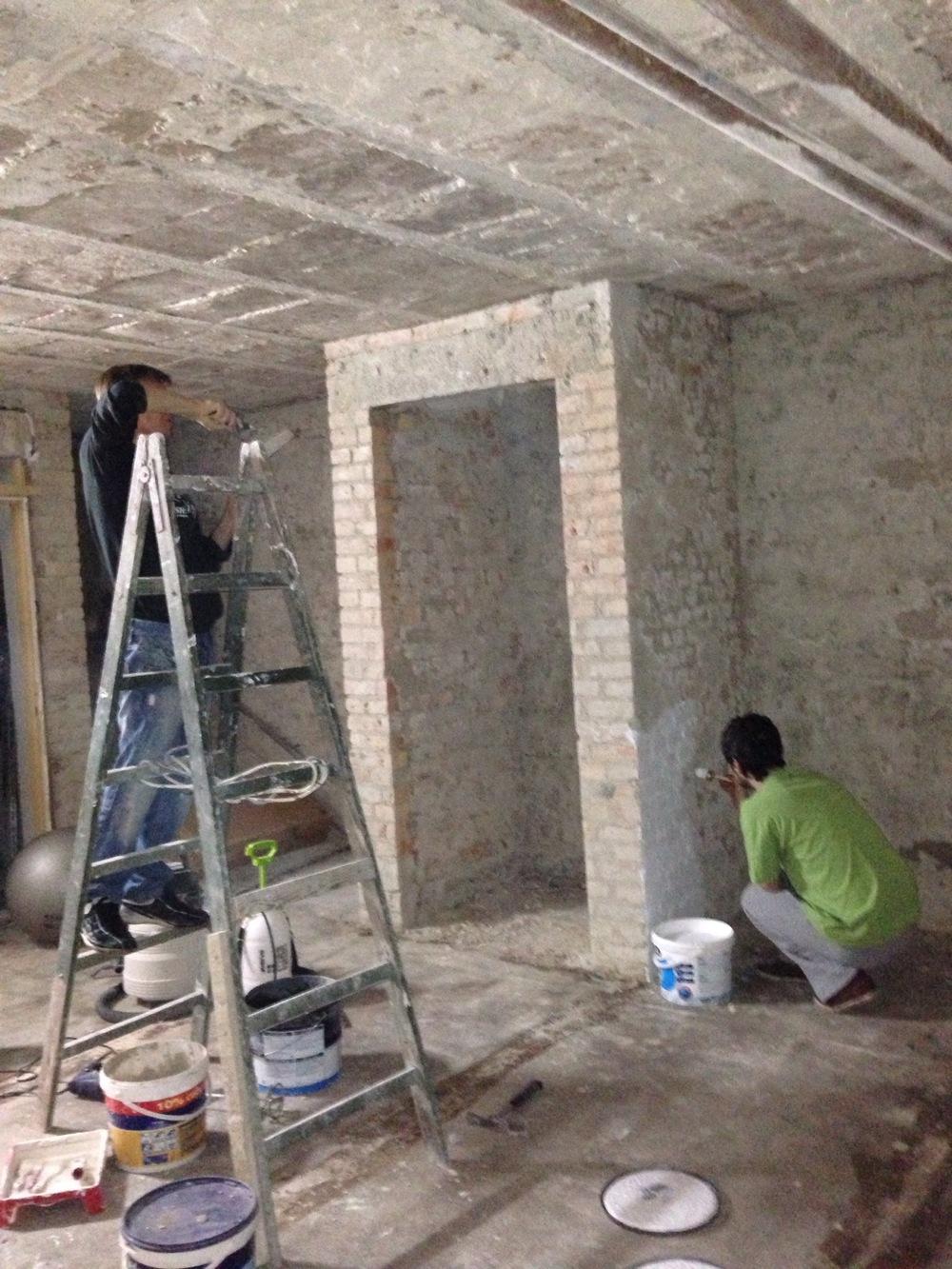 po skuciu tynków, usunięciu dziwacznych zabudowań i zdarciu podłogi wyglądało tak.