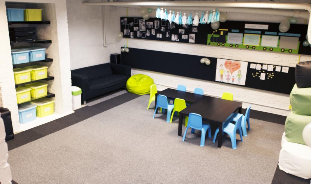 sala wyposażona w miejsce do zabawy i nauki.