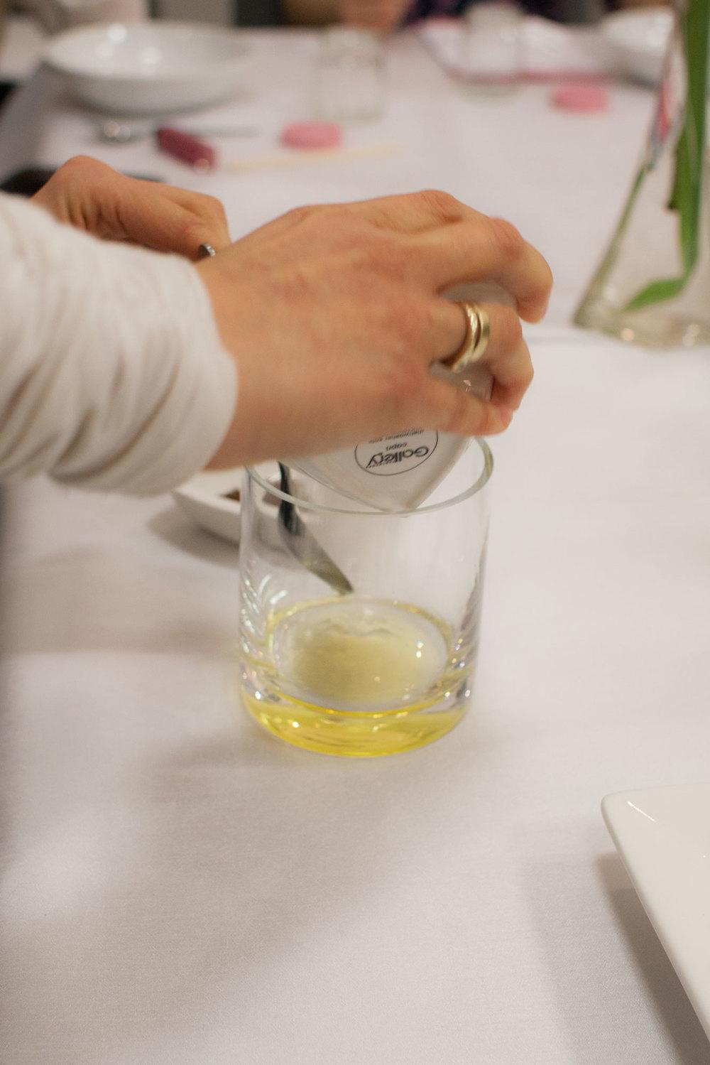 pokazując jak przygotować wygładzający i aromatyczny peeling do ciała.