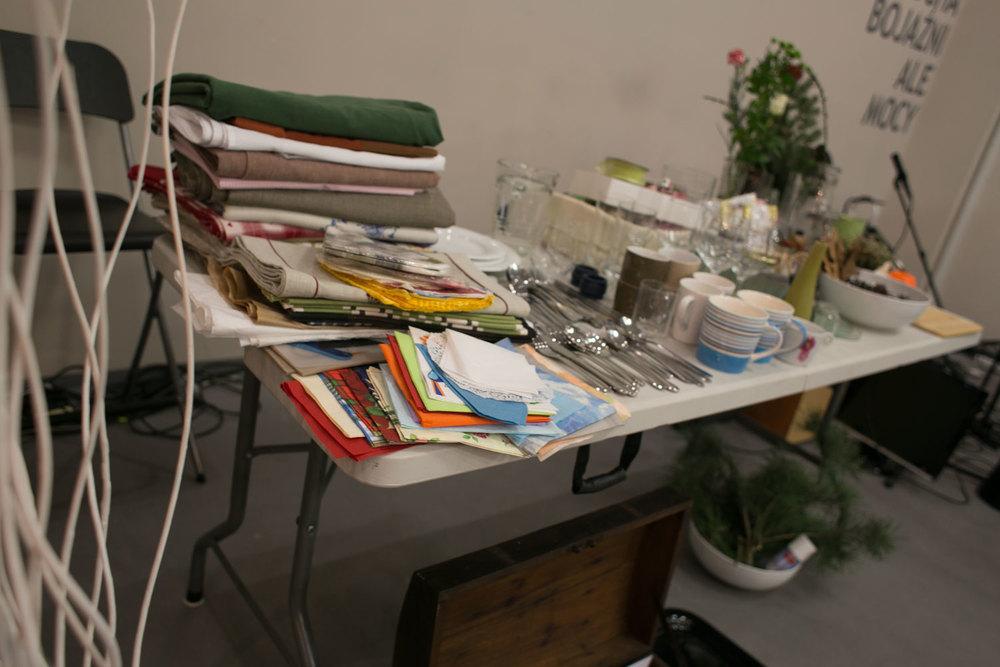 stół uginał się pod ilością zgromadzonych rzeczy.
