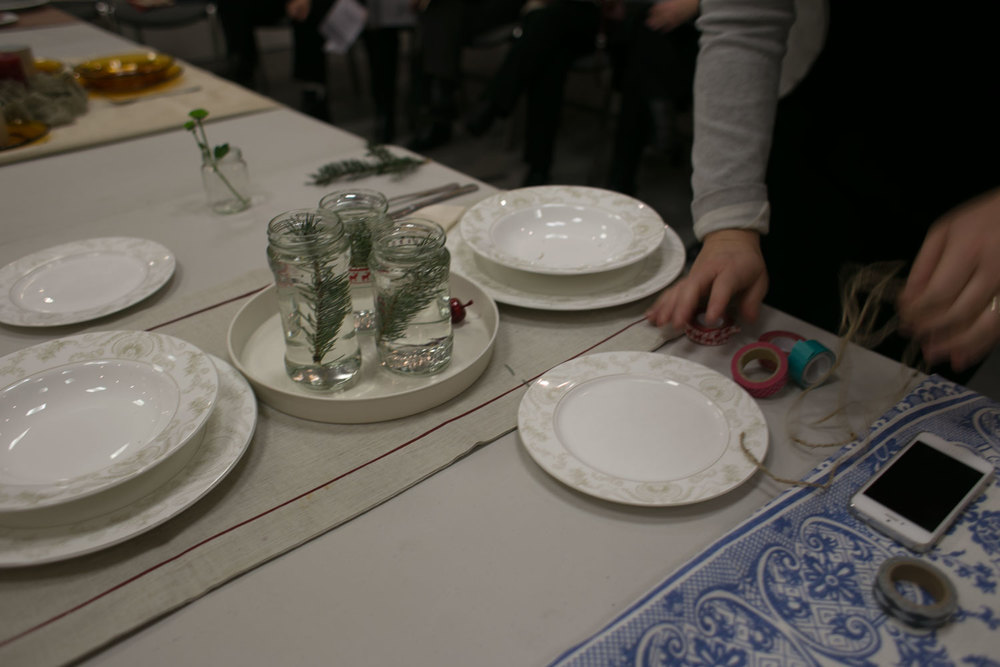 jak widać nawet proste i tanie słoiki po dżemach z gałązką z ogrodu wystarczą, aby stół nie co ożywić.