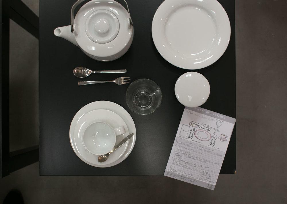 prezentując prawidłowe zasady układania zastawy i sztućców podczas obiadów czy śniadań. bardzo przydatne.