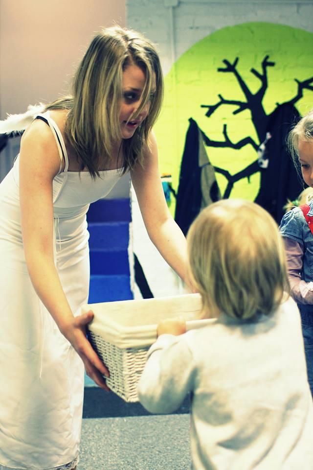 dzieci odwiedził anioł, który, ku wielkiej uciesze, rozdawał prezenty z okazji dnia dziecka