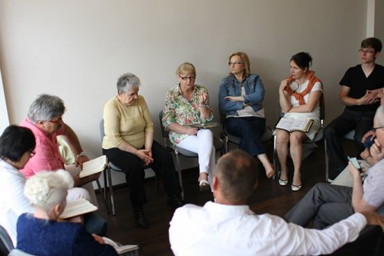 druga grupa studiująca Pismo Święte