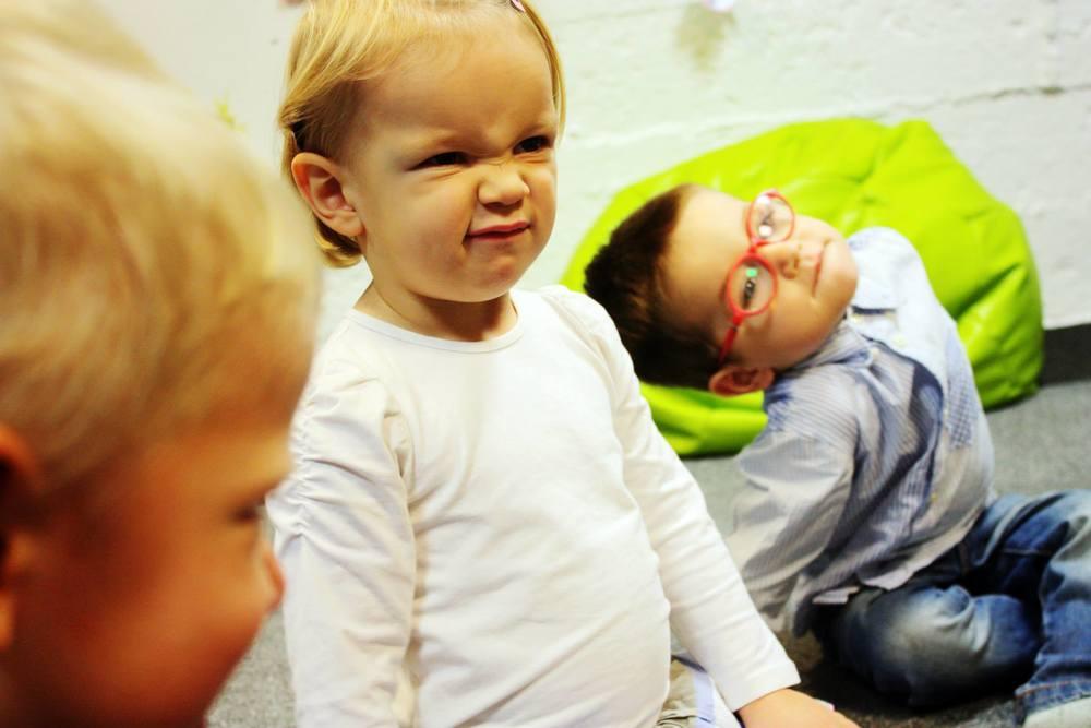 w tym tygodniu dzieci ćwiczyły mimikę twarzy. rozmawiały o emocjach, które mają miejsce w rodzinie.